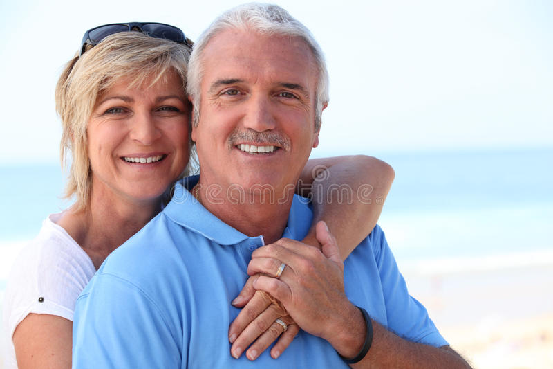 Paar op middelbare leeftijd bij de kust royalty-vrije stock afbeelding