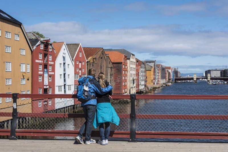 Paar op Oude Stadsbrug Trondheim stock fotografie