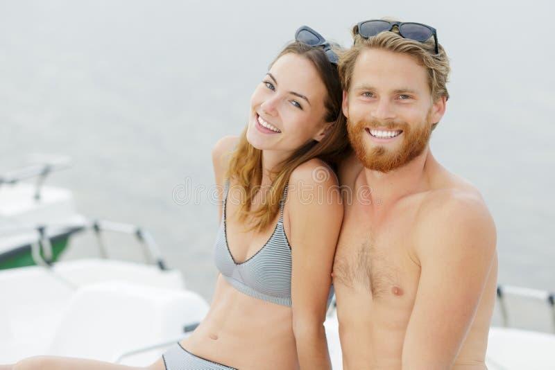 Paar op pedaalboot stock foto