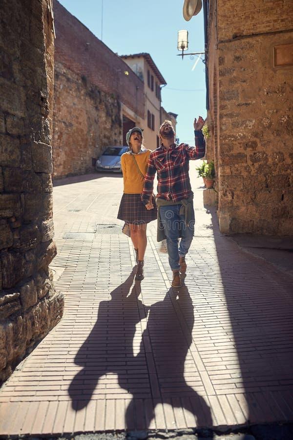 Paar op reis - Gelukkig jong paar op reisvakantie in Europa vrouwen en mannen in liefde die samen reizen royalty-vrije stock afbeelding