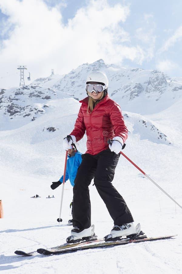 Paar op Ski Holiday In Mountains stock fotografie