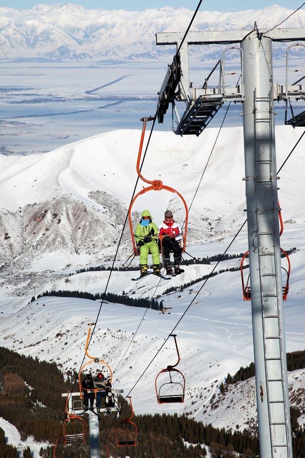 Paar op skilift stock foto's
