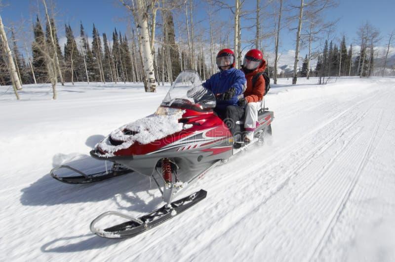 Paar op Sneeuwscooter royalty-vrije stock foto