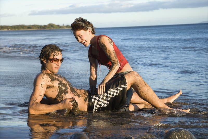 Paar op strand. stock foto's