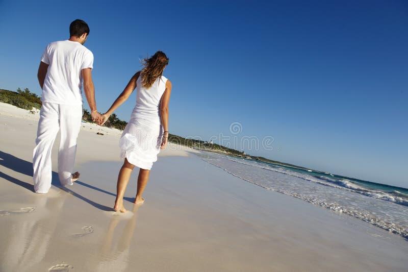 Paar op strand royalty-vrije stock foto