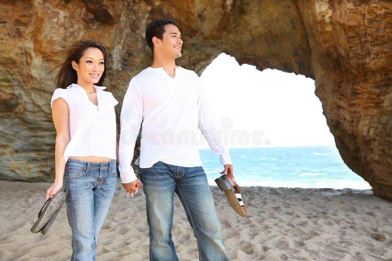 Paar op Strand in Liefde royalty-vrije stock afbeeldingen
