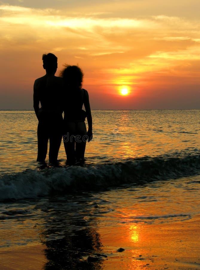 Paar op strand. zonsopgang. royalty-vrije stock afbeeldingen