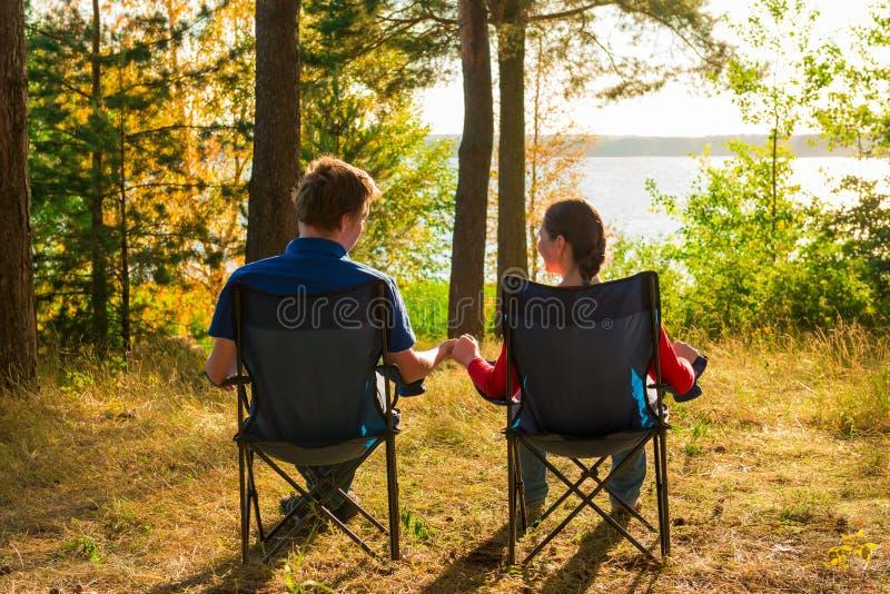 Paar op vakantie in het kamperen royalty-vrije stock afbeelding