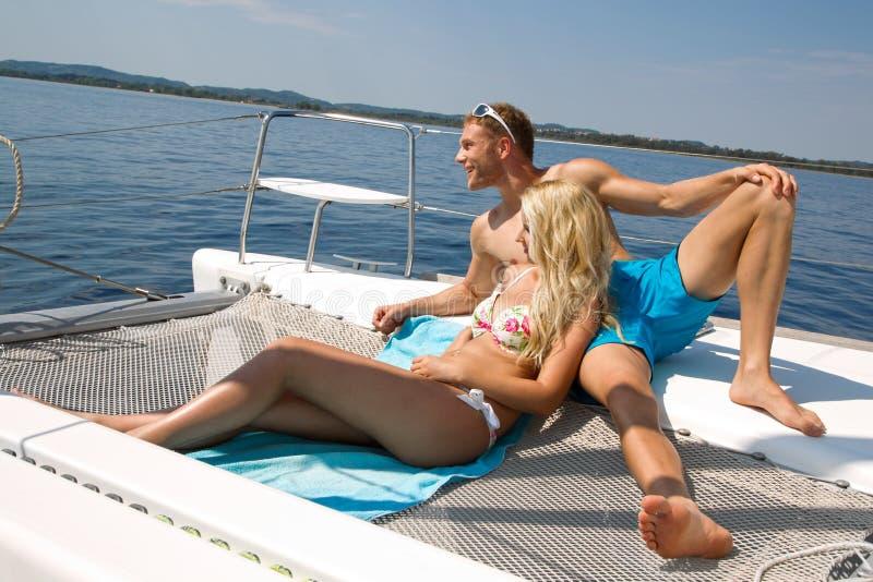 Paar op wittebroodsweken op een zeilboot stock afbeelding