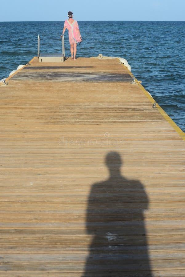 Paar op zee Dok stock afbeeldingen