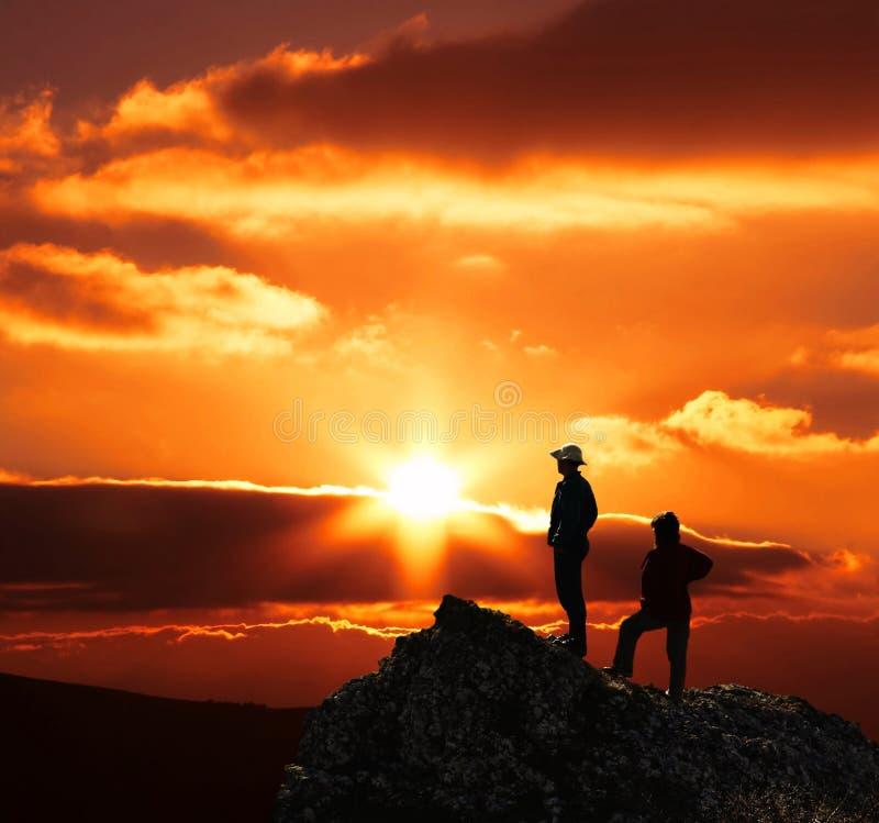 Paar op zonsondergang royalty-vrije stock afbeeldingen