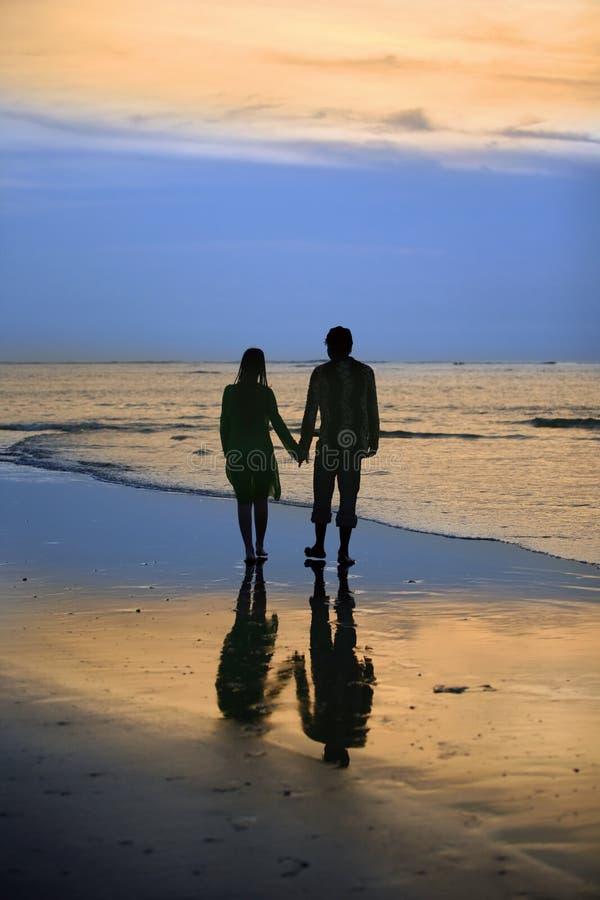 Paar op zonsondergang stock foto