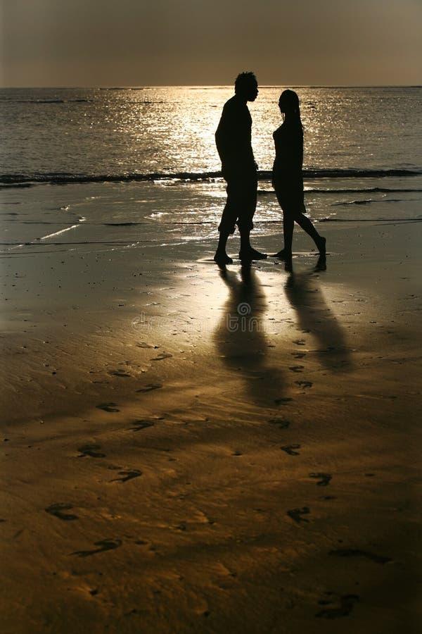 Paar op zonsondergang stock fotografie