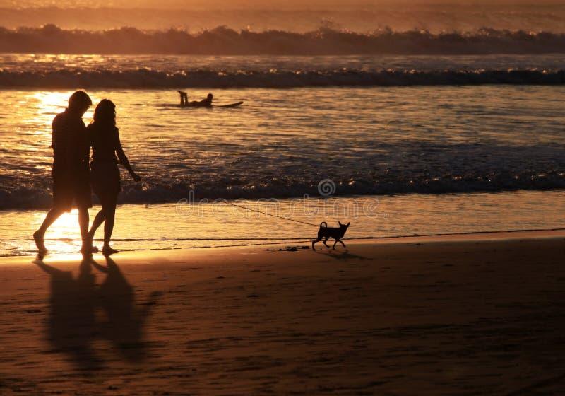Paar op zonsondergang royalty-vrije stock fotografie