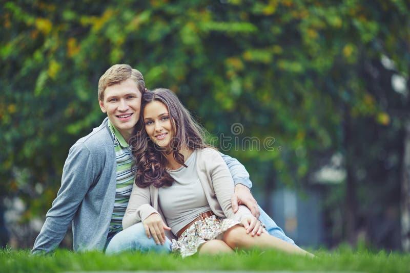 Paar in openlucht stock afbeelding