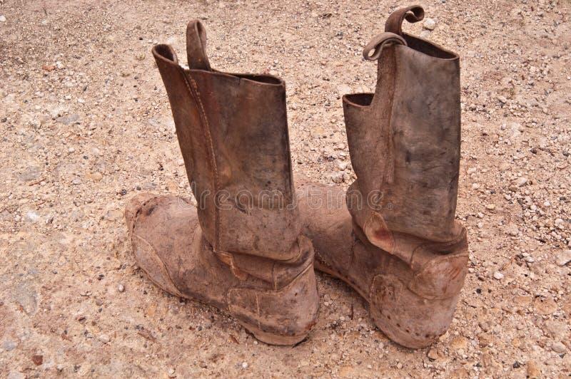 Paar oude berijdende laarzen stock foto's