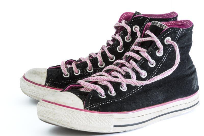 Paar Oude Versleten Zwarte en Roze Tennisschoenen stock afbeelding