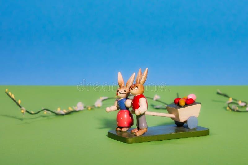 Paar Paashazen met een wagenhoogtepunt van paaseieren royalty-vrije stock fotografie