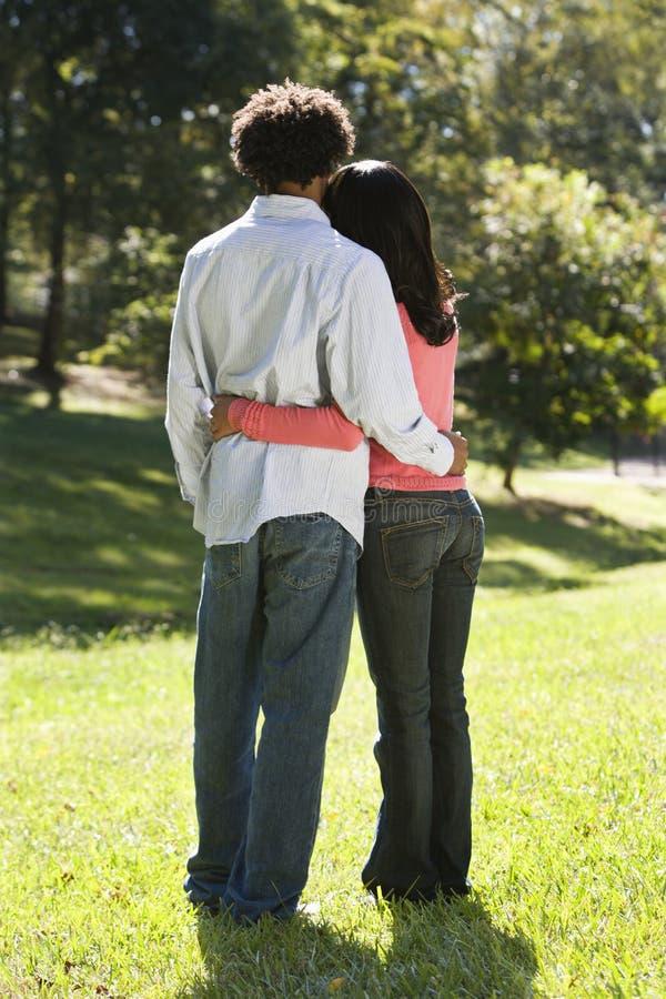 Paar in park. stock afbeelding
