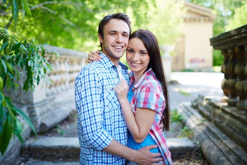 Paar in park stock afbeeldingen