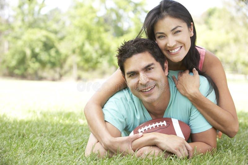 Paar in Park met Amerikaanse Voetbal royalty-vrije stock foto
