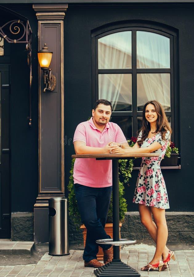 Paar in restaurantterras stock fotografie