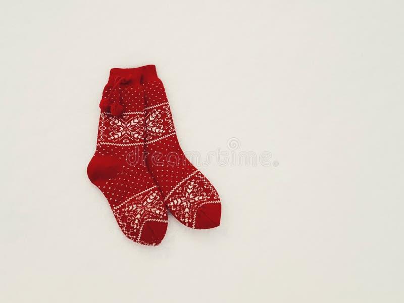 Paar rode gebreide sokken stock foto