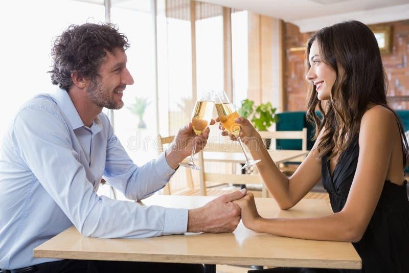 Paar roosterende glazen champagne stock fotografie