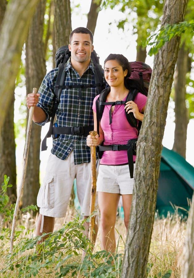 Paar in rugzakken wandeling royalty-vrije stock afbeelding
