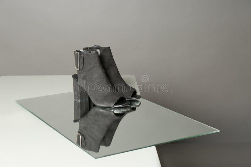 Paar schoenen van de dame op lijst tegen grijze achtergrond royalty-vrije stock afbeeldingen