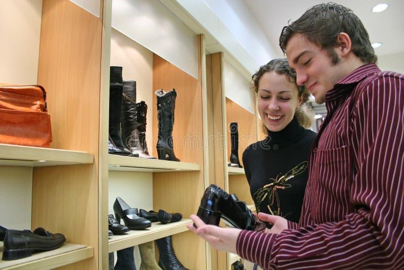 Paar in schoenenwinkel stock afbeelding