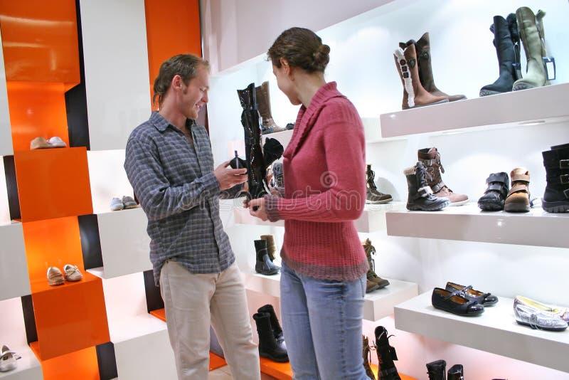 Paar in schoenenwinkel royalty-vrije stock afbeeldingen