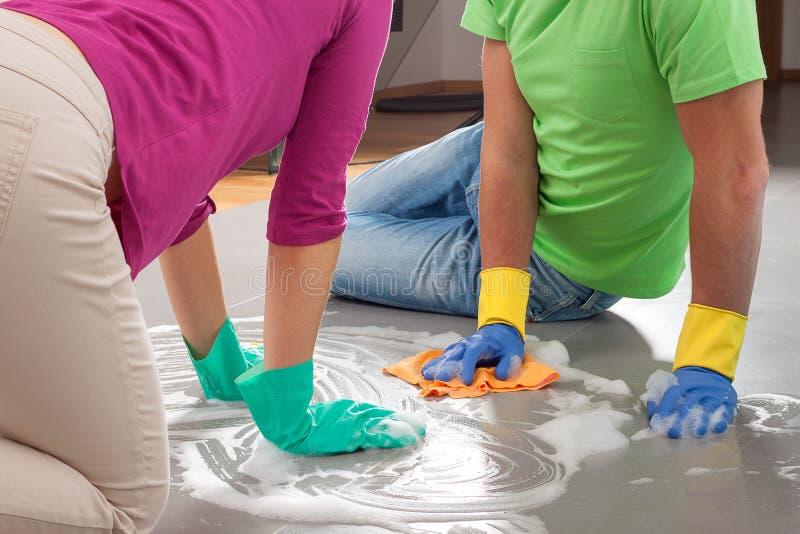 Paar schoonmakende vloer stock fotografie