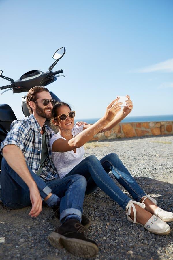 Paar selfie dichtbij de oceaan wordt genomen die royalty-vrije stock foto's