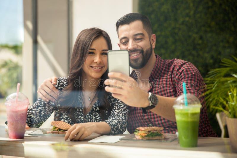 Paar selfie tijdens lunch royalty-vrije stock foto