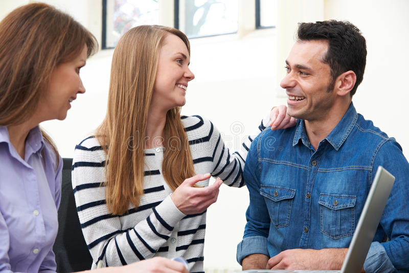Paar-Sitzung mit Finanzberater im Büro stockbilder