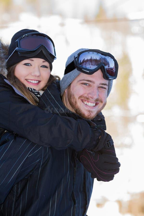 Paar in sneeuwtoestel stock afbeeldingen