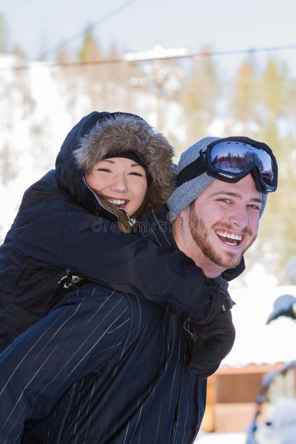 Paar in sneeuwtoestel royalty-vrije stock foto's