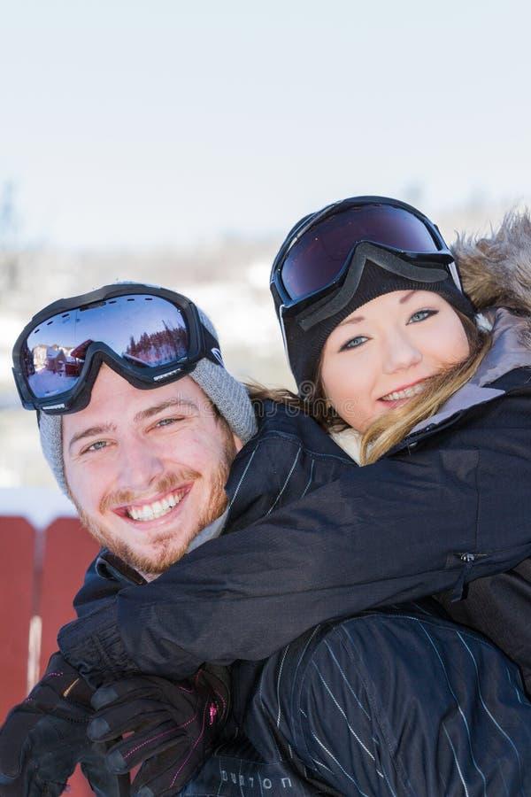 Paar in sneeuwtoestel stock afbeelding