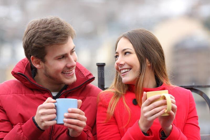 Paar spreken ontspannen in de winter royalty-vrije stock afbeeldingen