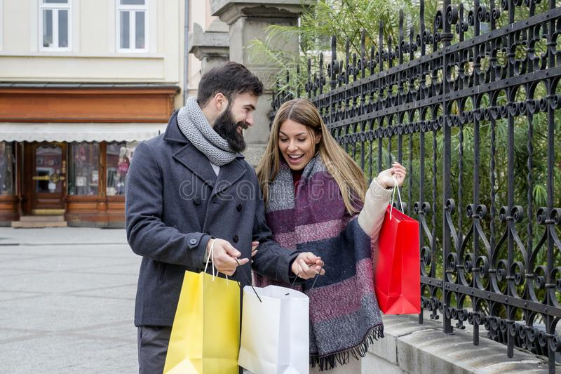 Paar in stad bij het winkelen stock afbeelding