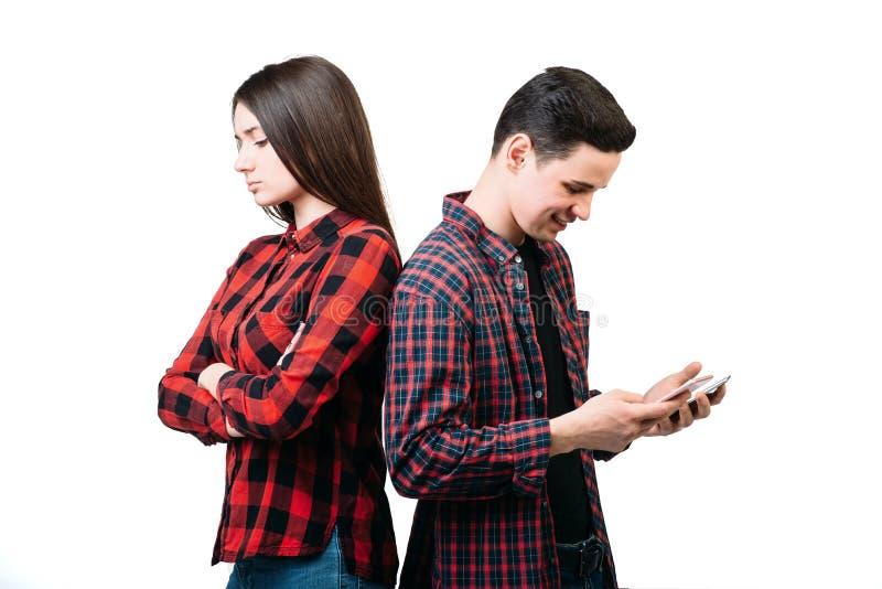 Paar status rijtjes, mens die telefoon met behulp van royalty-vrije stock afbeeldingen