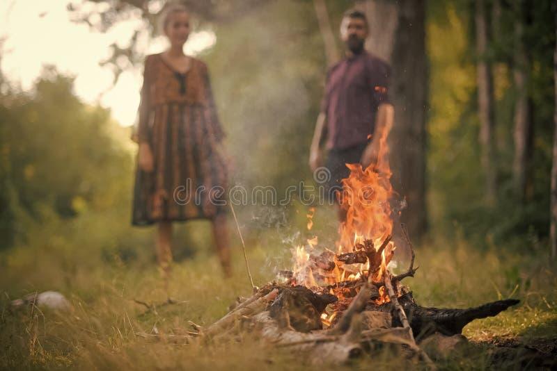 Paar steht durch das Feuer still Mann und Frau auf unscharfem Hintergrundblick auf Feuerflamme stockfotografie