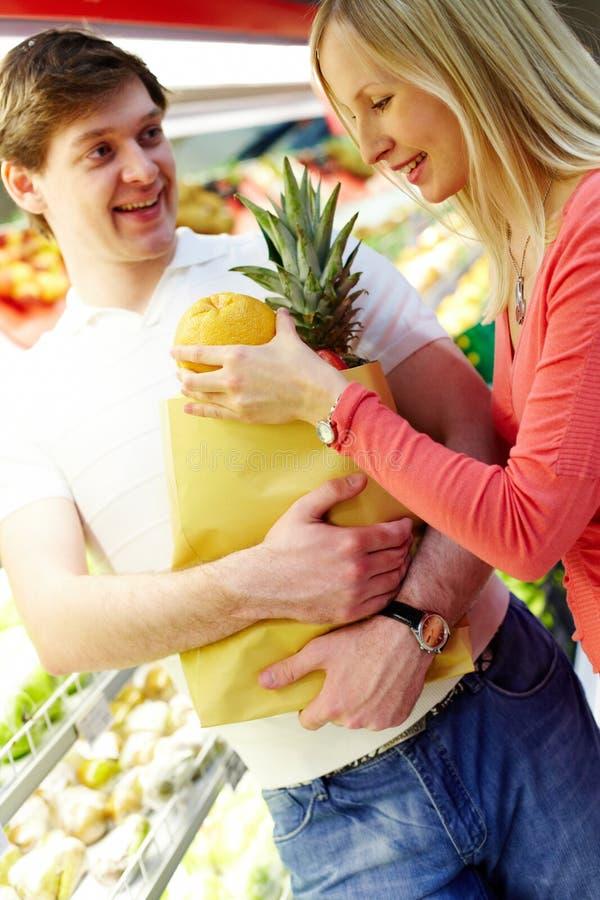 Paar in supermarkt royalty-vrije stock fotografie