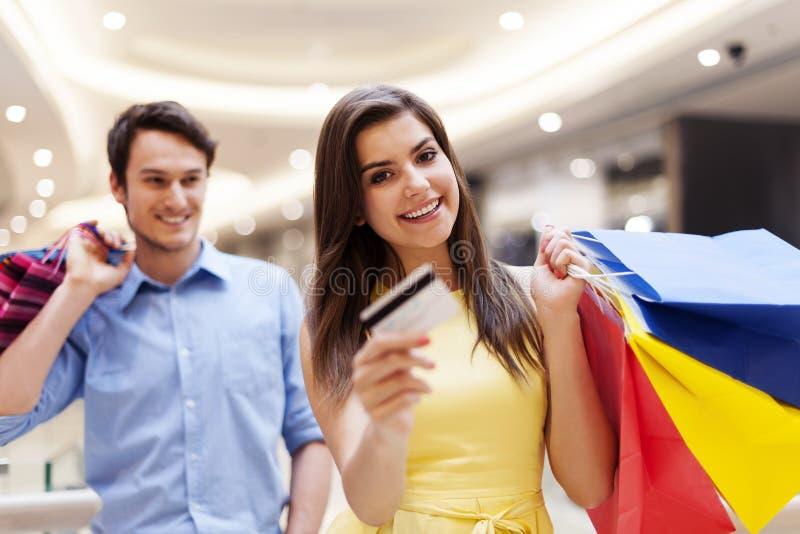 Paar tijdens het winkelen stock afbeelding