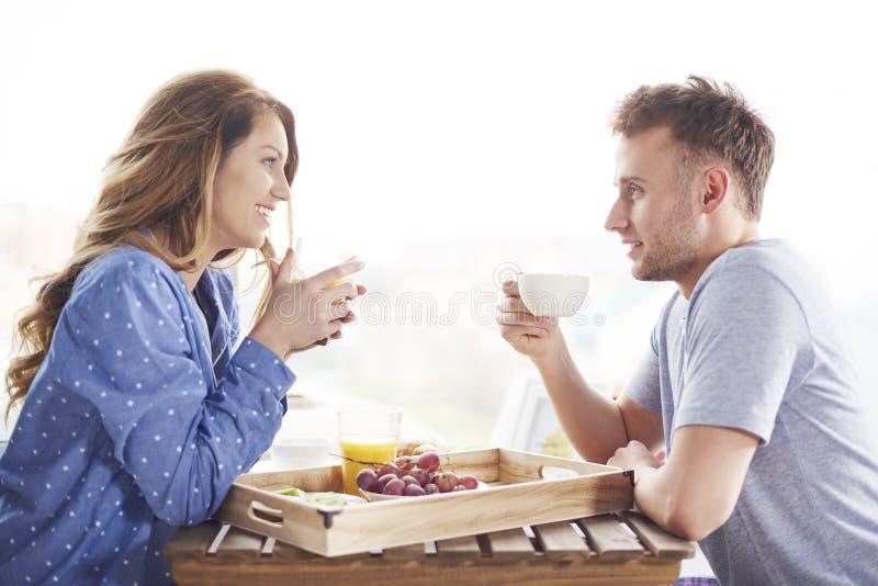 Paar tijdens ontbijt stock afbeelding