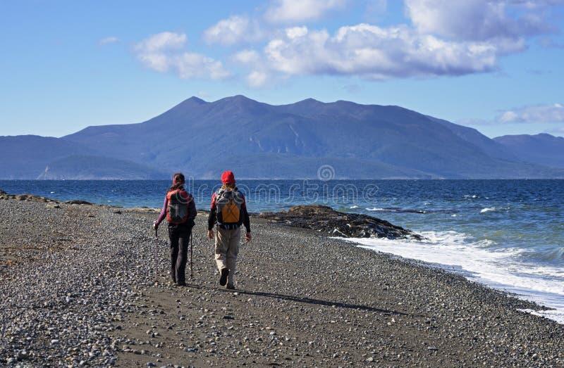 Paar-Trekking auf Strand stockbilder