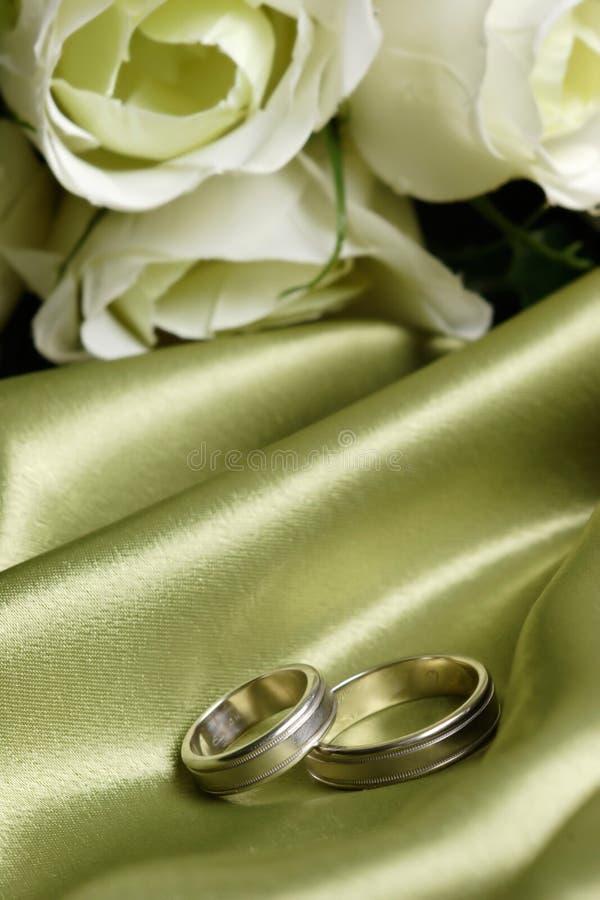 Paar trouwringen op groen satijn royalty-vrije stock fotografie