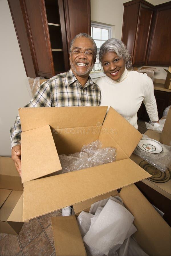Paar uitpakkende dozen op middelbare leeftijd. stock foto's