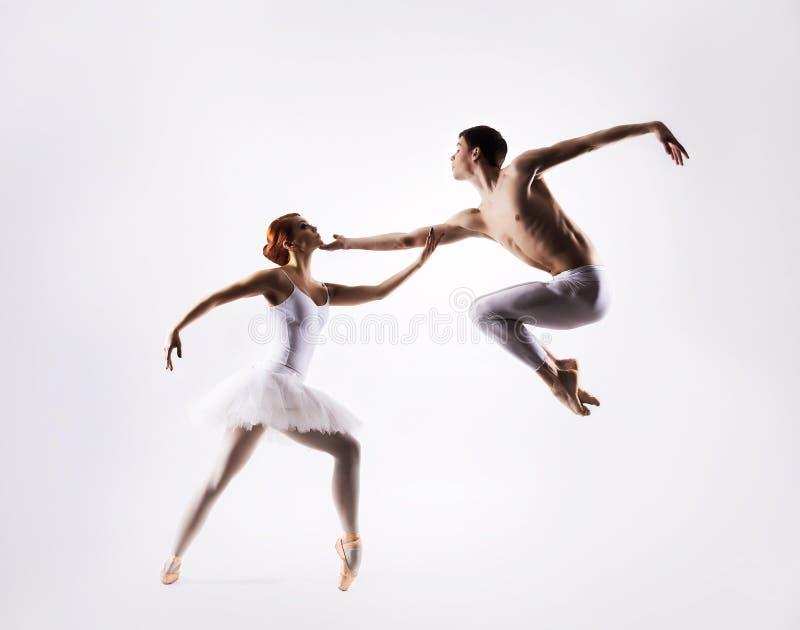 Paar van balletdansers op een lichte achtergrond royalty-vrije stock afbeeldingen